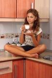 有杯子的女孩 免版税库存照片