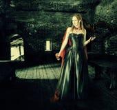 有杯子的女性吸血鬼在老城堡的血液 免版税库存图片