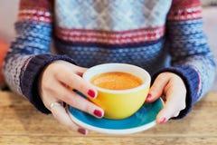 有杯子的妇女手热的咖啡 库存图片