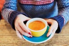 有杯子的妇女手热的咖啡 免版税库存图片
