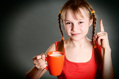 有杯子的小女孩牛奶 免版税库存图片