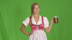 有杯子的慕尼黑啤酒节女孩啤酒 股票视频