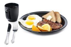 有杯子的早餐在白色的板材和叉子 免版税库存图片