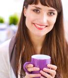 有杯子的现代年轻时装设计师在演播室 免版税图库摄影
