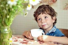 有杯子的男孩 免版税库存照片