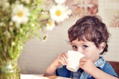 有杯子的男孩 库存照片