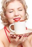 有杯子的白肤金发的妇女 库存图片