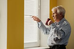 有杯子的老人 免版税库存图片