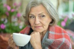 有杯子的资深妇女 免版税库存照片