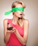 有杯形蛋糕摆在的白肤金发的妇女 库存图片