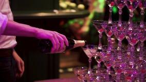 有杯的侍者手在金字塔的香槟在党的承办酒席期间 夹子 杯金字塔香槟 影视素材