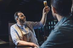 有杯的啤酒厂工作者啤酒 免版税图库摄影
