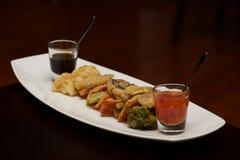 有杯的天麸罗菜盛肉盘调味汁 免版税库存照片