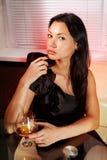 有杯的女孩白兰地酒 免版税库存图片