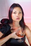 有杯的妇女科涅克白兰地 免版税库存图片