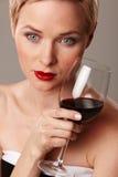 有杯的妇女红葡萄酒 免版税库存照片