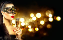 有杯的性感的式样妇女香槟 免版税库存图片