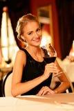 有杯的美丽的女孩红葡萄酒 免版税库存照片