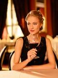 有杯的美丽的女孩红葡萄酒 免版税库存图片