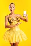有杯的芭蕾舞女演员牛奶或酸奶 免版税库存照片