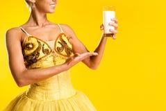 有杯的芭蕾舞女演员牛奶或酸奶 免版税库存图片