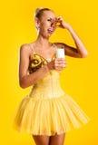 有杯的芭蕾舞女演员牛奶 免版税图库摄影