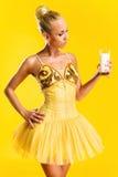 有杯的芭蕾舞女演员牛奶 免版税库存照片