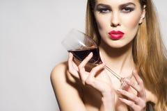 有杯的魅力女孩红葡萄酒 免版税图库摄影