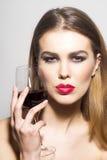 有杯的魅力女孩红葡萄酒 免版税库存图片