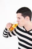 有杯的年轻人啤酒 免版税库存照片