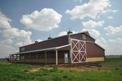 有松的云彩的谷仓 库存图片