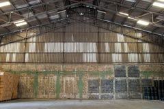 有板台和一些存贮的老仓库 库存照片