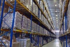 有板台存贮系统的狭窄的走道仓库 免版税库存图片