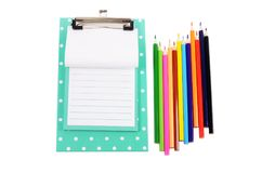 有板料和色的铅笔的剪贴板 免版税库存照片