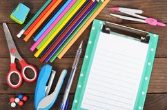 有板料和色的铅笔的剪贴板 库存图片