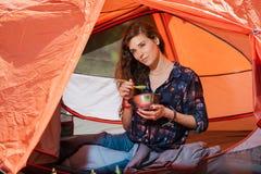 有板材和匙子的可爱的露营车女孩 库存图片