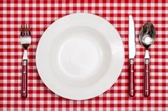 有板材的,叉子,刀子农村盖子在桌上的一把匙子 免版税库存照片