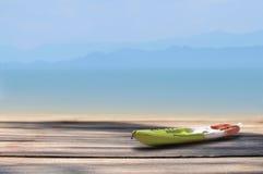 有板条的皮船小船在热带海滩背景 免版税库存图片