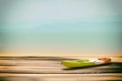 有板条的皮船小船在热带海滩背景 库存图片