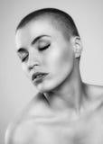 有极其发型的美丽的妇女 免版税库存照片