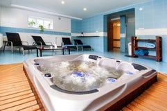 有极可意浴缸的放松区域 免版税库存图片