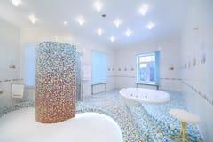 有极可意浴缸和阵雨客舱的轻和干净的卫生间 图库摄影