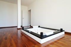 有极可意浴缸的空间 图库摄影
