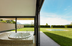 有极可意浴缸的美好的室 库存图片