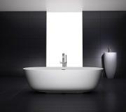 有极可意浴缸浴缸的最小的灰色卫生间 免版税库存图片