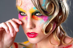 有极端构成设计的妇女与五颜六色的粉末 库存照片