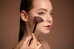 有构成刷子的秀丽女孩 理想的皮肤 适用构成 免版税库存图片