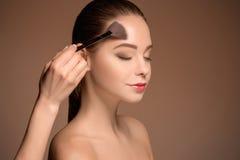 有构成刷子的秀丽女孩 理想的皮肤 适用构成 免版税库存照片