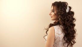 有构成和晚上发型的美丽的妇女在白色礼服 免版税图库摄影