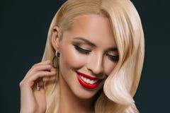 有构成的可爱的白肤金发的妇女, 免版税库存照片
